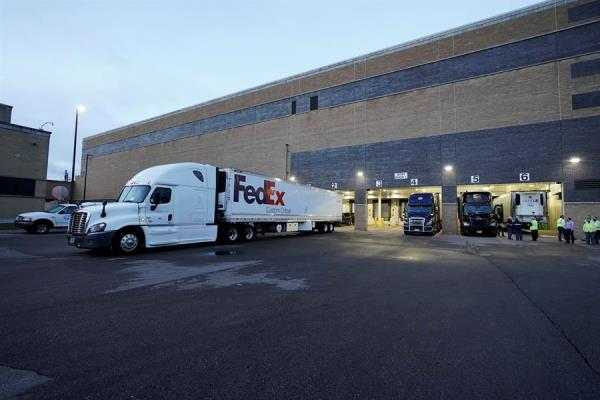 Salen los primeros camiones la vacuna Pfizer/BioNTech en EE. UU | Agencia  de Periodismo Investigativo