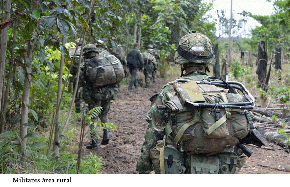 Foto de militares sin que se les vea la cara en area rural